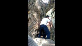Ngintip Orang Lagi Ngentot di Bawah Pohon Tua Siang-siang